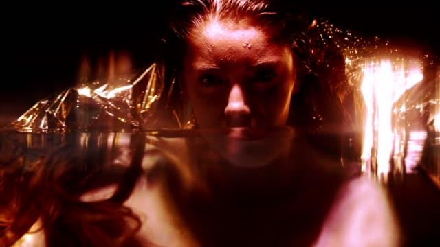 水中暗い夜女性の肖像画 - 溜水点の映像素材/bロール