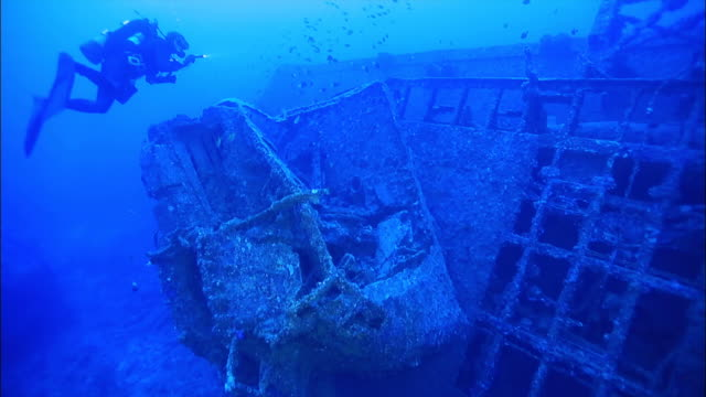 underwater footage;the wreck of the uss emmons - wrack stock-videos und b-roll-filmmaterial