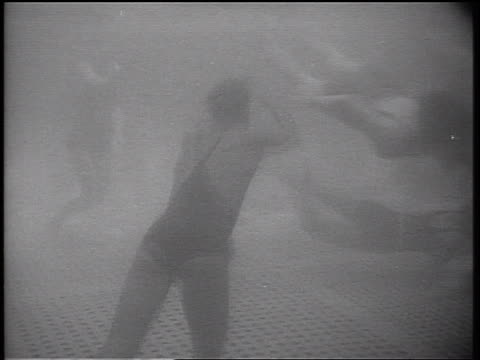 b/w 1934 underwater girls swimming underwater in swimming pool / cruise ship - 1934 個影片檔及 b 捲影像