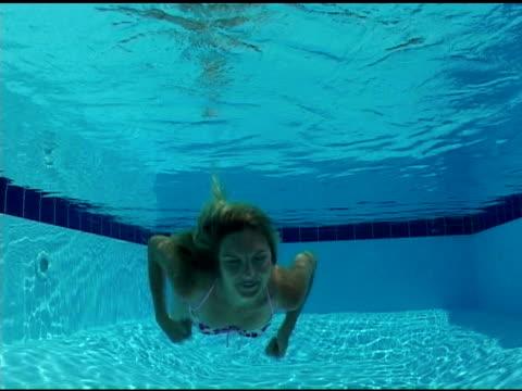 stockvideo's en b-roll-footage met underwater kiss - bikini