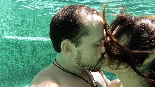 bacio subacqueo - bagnato video stock e b–roll