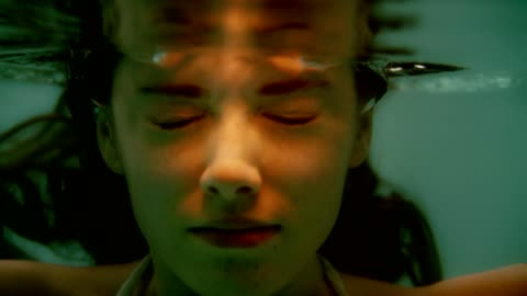 vídeos y material grabado en eventos de stock de meditación submarina. cara femenina con rayos ligh - ojos cerrados