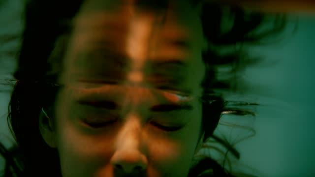 vídeos de stock, filmes e b-roll de meditação subaquática. face fêmea com tbeams do ligh - percepção sensorial