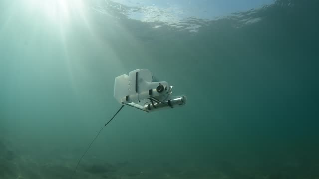 vídeos de stock, filmes e b-roll de underwater rov. - robô