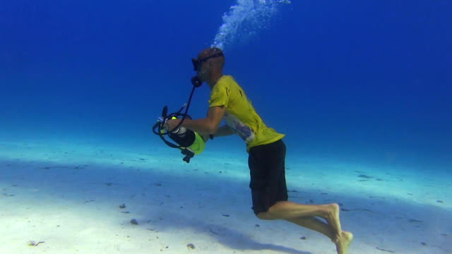 underwater run - badeshorts stock-videos und b-roll-filmmaterial