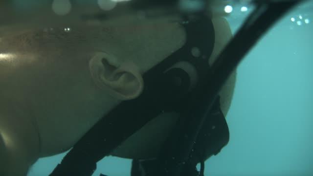 underwater sensorisk deprivation. behandling med virtuell verklighet - sensorisk impuls bildbanksvideor och videomaterial från bakom kulisserna