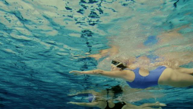 unterwasser-aufnahme eines weiblichen schwimmer - sportkleidung stock-videos und b-roll-filmmaterial