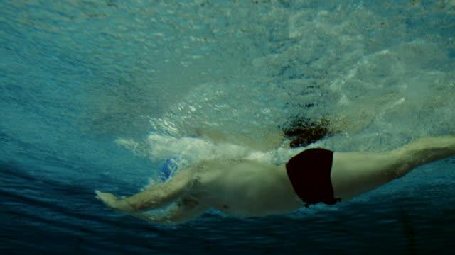 vídeos y material grabado en eventos de stock de foto submarina de un nadador - gorro de baño