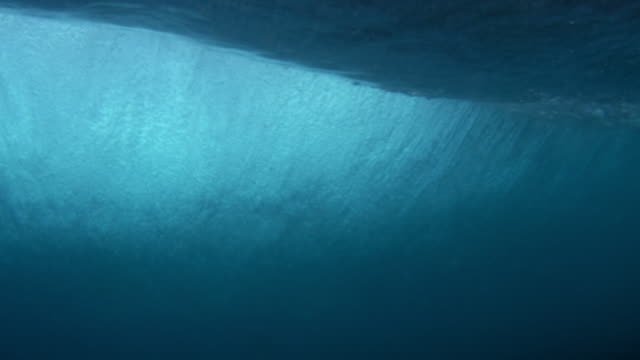 underwater shot of a wave passing over camera - welle stock-videos und b-roll-filmmaterial