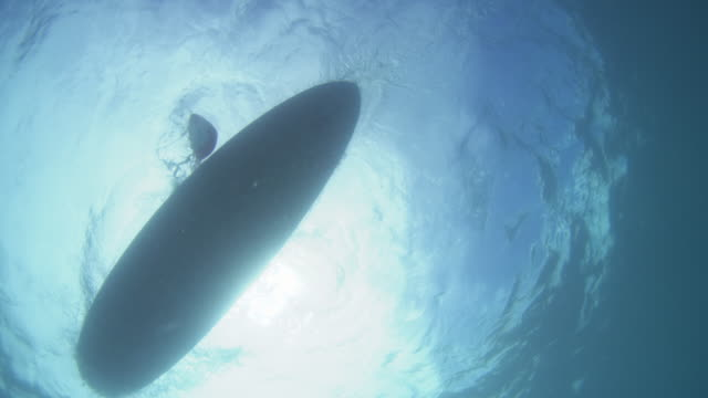 stockvideo's en b-roll-footage met underwater shot panning with a paddle board as it passes camera - peddel