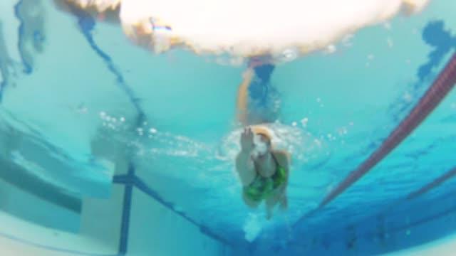 vídeos de stock, filmes e b-roll de wgn underwater shots of woman swimming on october 23 2012 in chicago illinois - touca de natação