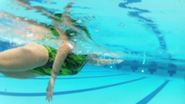 vídeos de stock, filmes e b-roll de wgn underwater shots of woman swimming on october 23 2013 in chicago illinois - touca de natação