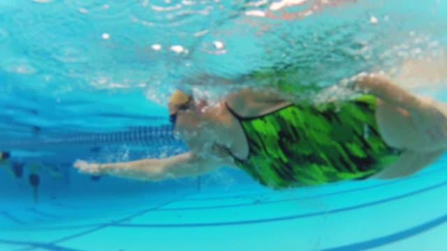 vídeos de stock, filmes e b-roll de underwater shots of woman swimming on october 23 2013 in chicago illinois - roupa de esqui
