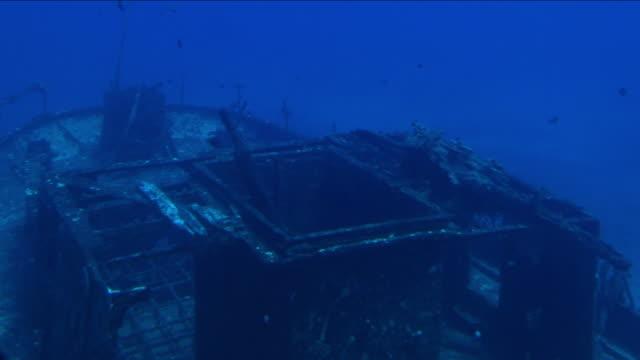 vidéos et rushes de underwater submarine wreck on ocean floor - épave