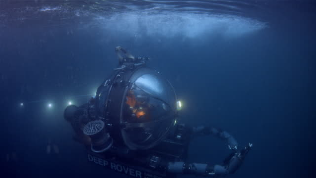 cu, underwater vehicle deep rover in pacific ocean, usa - sottomarino subacqueo video stock e b–roll