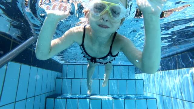 unterwasser - mädchen stock-videos und b-roll-filmmaterial