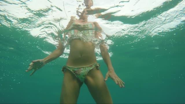 vídeos de stock, filmes e b-roll de vídeo subaquático de pessoas se divertindo no mar - prendendo a respiração
