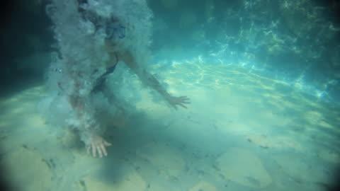 stockvideo's en b-roll-footage met ws underwater view of girl (14-15) jumping in pool and swimming, izamal, yucatan, mexico - swimwear