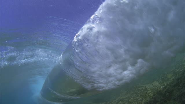 slo mo cu underwater view of wave crashing / moorea, tahiti, french polynesia - territori francesi d'oltremare video stock e b–roll