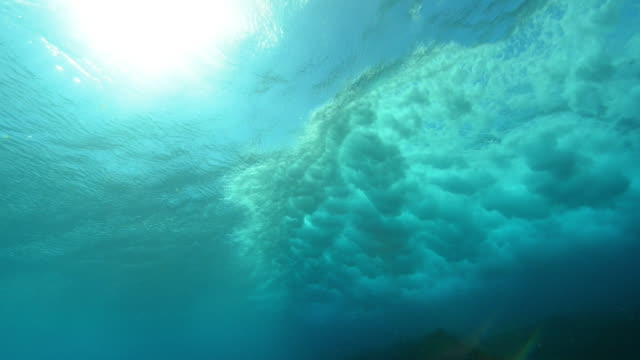 vídeos de stock e filmes b-roll de underwater ws wave sweeps over reef - azul turquesa