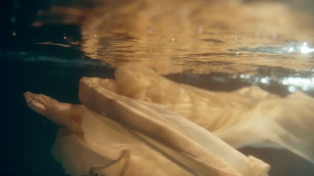 vidéos et rushes de soie enveloppée sous-marine - soie
