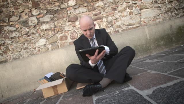 vídeos y material grabado en eventos de stock de dolly hd: parados hombre de negocios usando tableta - concentración