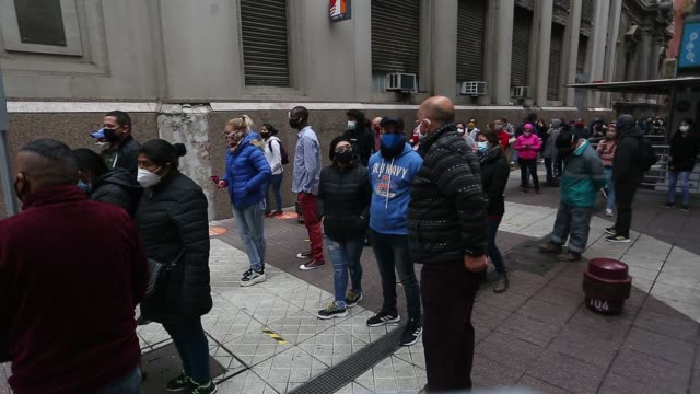 vídeos de stock e filmes b-roll de unemployed chilean workers line up to do paperwork in the unemployment fund manager on may 28 2020 in santiago chile according to a research of... - desemprego