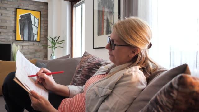 vidéos et rushes de une femme adulte sans emploi demande l'ouverture d'un nouvel emploi - searching