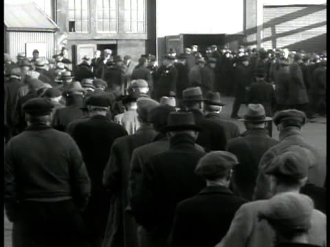 unemployed men entering municipal shelter int ms group of men standing talking ms row of unemployed men sitting great depression welfare poverty - la grande depressione video stock e b–roll