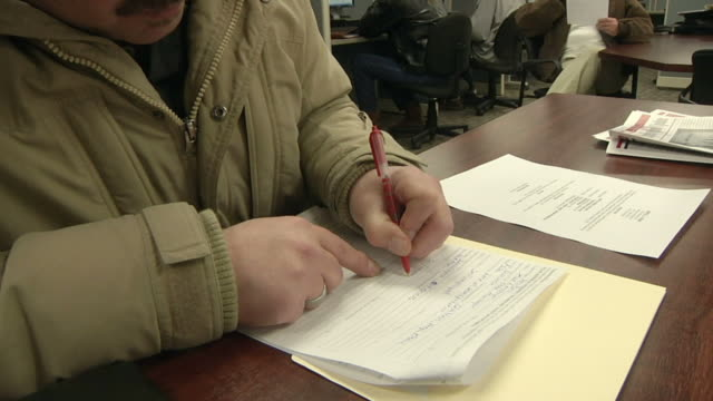 vidéos et rushes de cu zo ms unemployed worker filling out paperwork and applications at michigan works job center, jackson, michigan, usa - chômage
