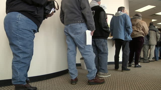 ms, unemployed workers line up at michigan works office, livonia, michigan, usa - 成一排 個影片檔及 b 捲影像