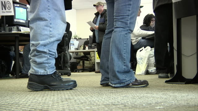 vidéos et rushes de ms, unemployed workers line up at michigan works office, livonia, michigan, usa - chômage
