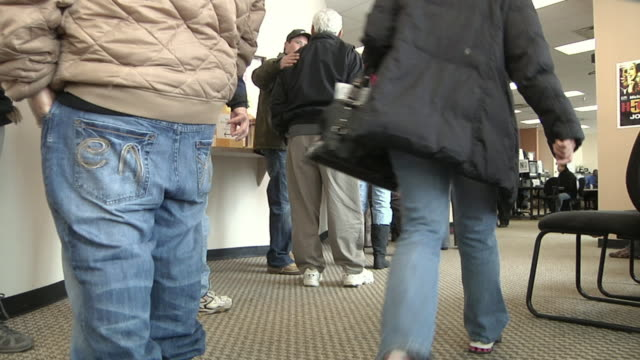 ms, unemployed workers line up at michigan works office, livonia, michigan, usa - fare la fila video stock e b–roll
