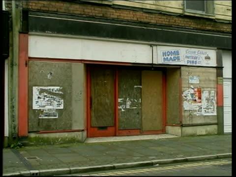 vidéos et rushes de unemployment falls below one million; location unspecified: int gv job centre posters on wall of job centre wales: ext tgv village gv boarded up... - chômage