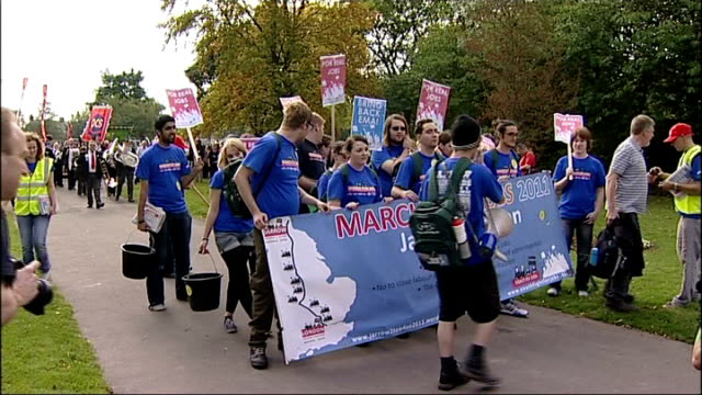 stockvideo's en b-roll-footage met jarrow jobs march england tyne and wear jarrow ext gvs young people chanting natsot before setting off on a march to london recreating the 1936... - tyne and wear