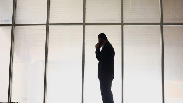 vídeos y material grabado en eventos de stock de hombre de desempleo hablando con el teléfono móvil - empleo y trabajo