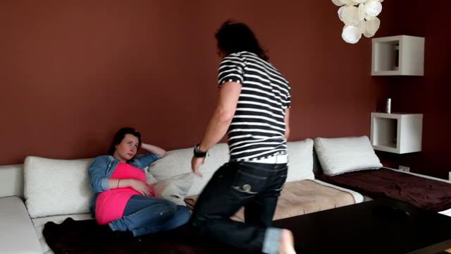 vidéos et rushes de inattendu la grossesse - grognon