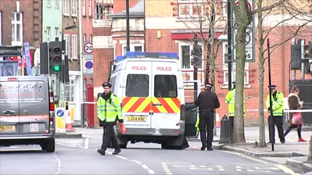 vídeos de stock e filmes b-roll de unexploded ww2 bomb found in bermondsey; england: london: bermondsey: ext police vehicles at scene police officers and police van in road police... - encontrar