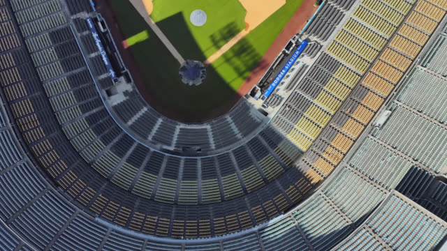 vídeos de stock e filmes b-roll de unfilled seats in dodger stadium during the covid-19 lockdown. - plano picado