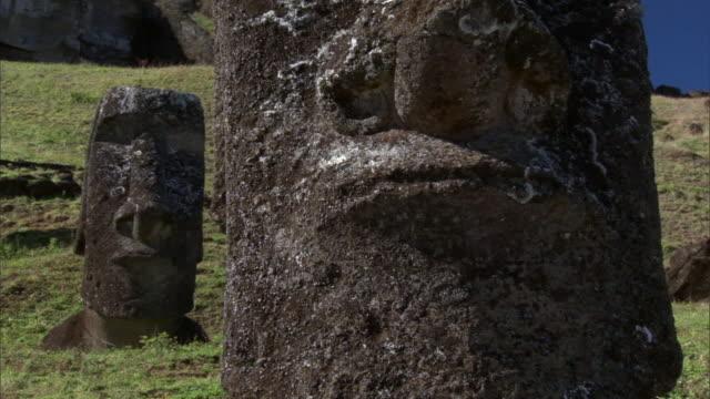 vídeos de stock, filmes e b-roll de unfinished moai statues in quarry, easter island - imperfeição