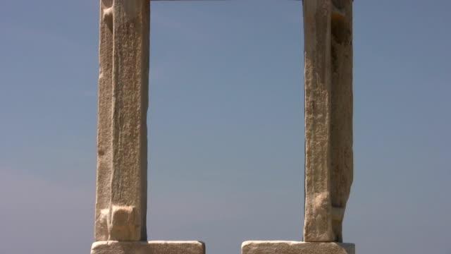 vídeos de stock e filmes b-roll de inacabado templo de apolo, naxos - grécia