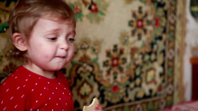 vídeos de stock e filmes b-roll de unhappy baby girl waving her hand - bebés meninas