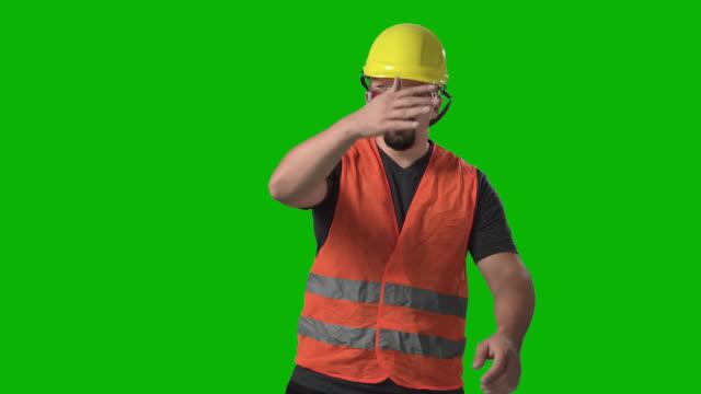 unzufriedener bauarbeiter, ingenieur oder architekt wirft seinen schutzhelm zu fuß aus chroma green screen hintergrund - manufacturing occupation stock-videos und b-roll-filmmaterial