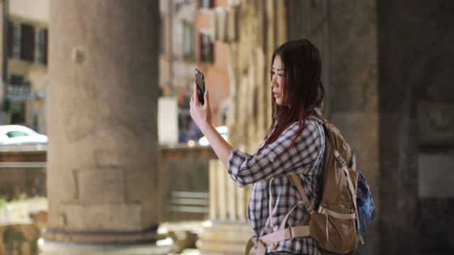 unhappy japanese woman at the pantheon can't get cell reception - travel destinations点の映像素材/bロール
