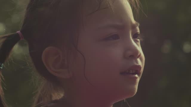 不幸な女の子 - 欲求不満点の映像素材/bロール