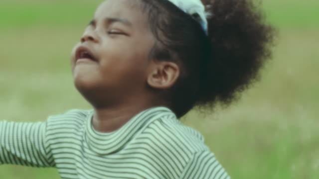 vidéos et rushes de petite fille malheureuse - grognon