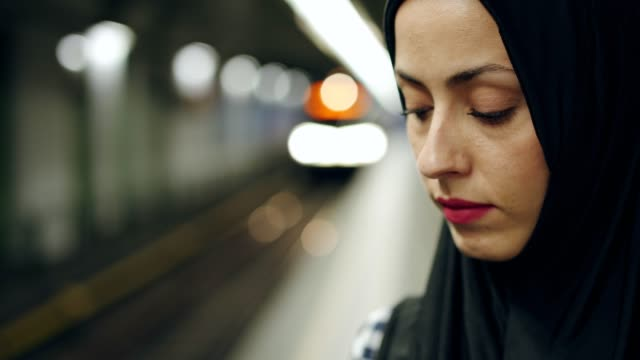 vídeos de stock e filmes b-roll de unhappy muslim woman waiting for a train - a caminho