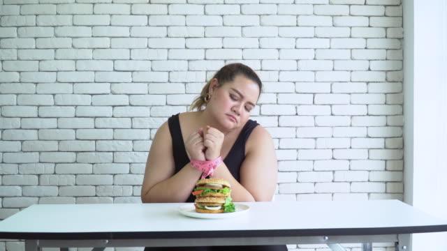 不健康な食事 - unhealthy eating点の映像素材/bロール