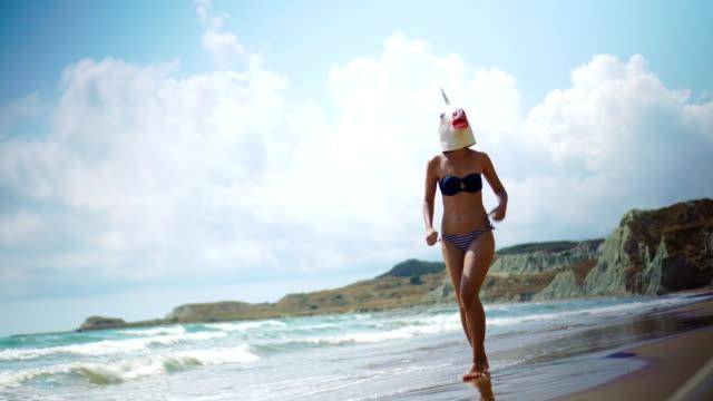 vídeos y material grabado en eventos de stock de unicornio caminando por la playa - grecia europa del sur