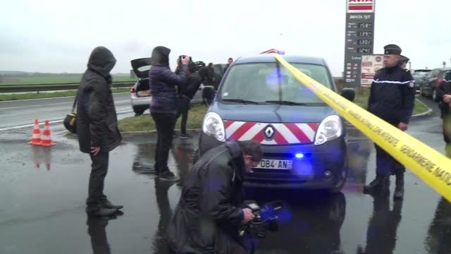 vídeos y material grabado en eventos de stock de unidades de élite francesas se desplegaron el jueves en la region de picardia al norte del pais donde los dos sospechosos del ataque contra el... - jueves